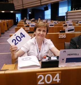 Edustaja nro 204 äänestää alueiden komitean kokouksessa heinäkuussa Brysselissä
